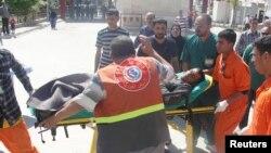 جھڑپ میں زخمی ہونے والے شخص کو اسپتال منتقل کیا جارہا ہے