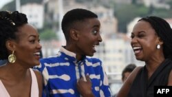 """Le réalisateur kenyan Wanuri Kahiu, l'actrice kenyane Samantha Mugatsia et l'actrice kenyane Sheila Munyiva posent lors d'un photocall pour le film """"Rafiki"""" lors de la 71ème édition du Festival de Cannes à Cannes, le 9 mai 2018."""