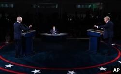 Hai ứng cử viên tổng thống Mỹ Biden (trái), Trump (phải) tranh luận tại Cleveland hôm 29/9/2020
