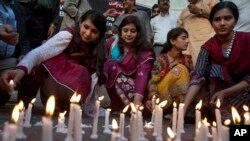 Para aktivis Pakistan di Karachi menyalakan lilin untuk mengenang dan mendoakan para korban serangan bom di Lahore (28/3).
