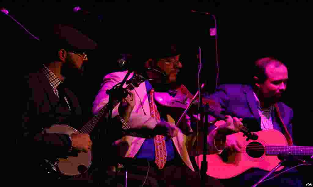 کراچی میں امریکی موسیقی کے مشہور میوزک بینڈ 'کینٹکی ونڈرز' سے منسلک چار موسیقاروں ویلیس، نک للوئیڈ، نکولس پاپاز سیٹ فول سوم نے حصہ لیا
