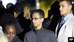 Ahmed Mohamed (tengah), remaja Texas yang ditahan karena diduga merakit bom, menghadiri Malam Astronomi di Gedung Putih (19/10). (AP/Susan Walsh)