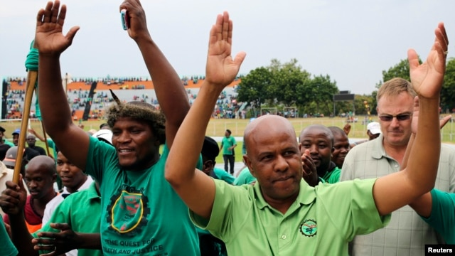 Joseph Mathunjwa (R), president of South Africa's Association of Mineworkers and Construction Union (AMCU), arrives to address members of the mining community during a rally in Rustenburg, northwest of Johannesburg, Jan.19, 2014.