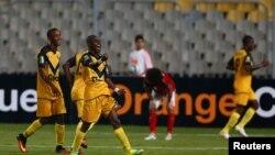 Les joueurs de l'ASEC Mimosas de Côte d'Ivoire jubilent après leur deuxième but lors d'un match de la Ligue africaine de champions contre Al Ahlyl d'Egypte à Alexandrie, Egypte, 28 juin 2016.