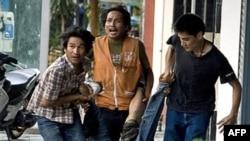 红衫军抗议者抬着一位被枪弹击中的平民