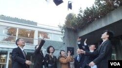 과거 캐나다-북한 지식교류 협력프로그램(KPP)에 참가했던 북한 학자들이 과정을 수료한 후 학사모를 던지며 자축하고 있다.