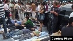 420雅安地震受傷民眾等候救治。(網民提供)