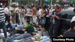 420雅安地震受伤民众等候救治。(网民提供)