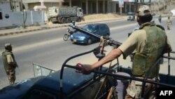 Binh sĩ bán quân sự Pakistan canh gác trên đường phố Karachi trước cuộc bầu cử quốc hội sắp tới, ngày 9/5/2013.