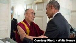 15일 백악관에서 바락 오바마 미국 대통령(오른쪽)이 티베트의 정신적 지도자 달라이 라마를 맞이하고 있다.