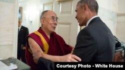 Tổng thống Mỹ Barack Obama chào đón Đức Đạt Lai Lạt Ma tại Tòa Bạch Ốc, ngày 15 tháng 6 năm 2016.