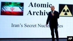 نتنیاهو حین افشای برخی معلومات محرم در بارۀ فعالیت های هسته یی ایران پس از توافقنامۀ ۲۰۱۵.