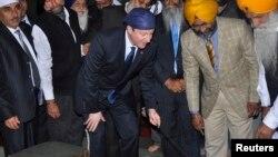 PM Inggris David Cameron melakukan kunjungan di sebuah kuil Sikh di Amritsar, India (20/2).