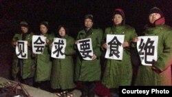 在拘留所外绝食坚守的维权律师(网络图片)
