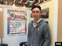 在越台商企业展台的人力资源部助理庄易 (申华 拍摄)