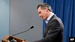 El gobernador de California Gavin Newsom, firma una orden ejecutiva para retirar a la mayoría de las tropas de la Guardia Nacional de la frontera sur de la nación.