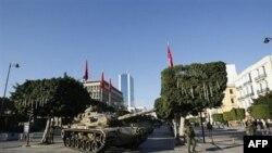Танки в центре столицы Туниса.
