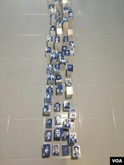 Wajah-wajah orang yang hilang direpresentasikan pada setiap potongan marmer dalam pameran di Istanbul, Turki. (D. Jones/VOA)