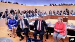 앞줄 오른쪽부터 앙겔라 메르켈 독일 총리, 시진핑 중국 국가주석, 도널드 트럼프 미국 대통령, 테레사 메이 영국 총리 등 독일 함부르크 주요20개국(G20) 정상회의 참가 지도자들이 지난 7일 실무 회의를 진행하고 있다.
