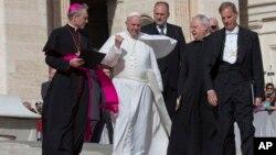 Le pape François accompagné d'autres évêques lors d'une audience générale à la place St Pierre, au Vatican, 7 octobre 2015.