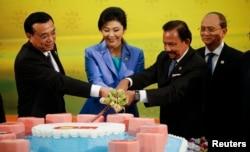 2013年10月9日,中国总理李克强、泰国总理英拉、文莱苏丹和缅甸总统在东盟-中国结成和平繁荣战略伙伴关系10周年之际切蛋糕。