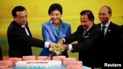 Dari kiri ke kanan PM China Li Keqiang, PM Thailand Yingluck Shinawatra, Sultan Brunei Hassanal Bolkiah, dan Presiden Myanmar Thein Sein pada KTT ASEAN-China di Bandar Seri Begawan, Brunei, 9/10/2013.