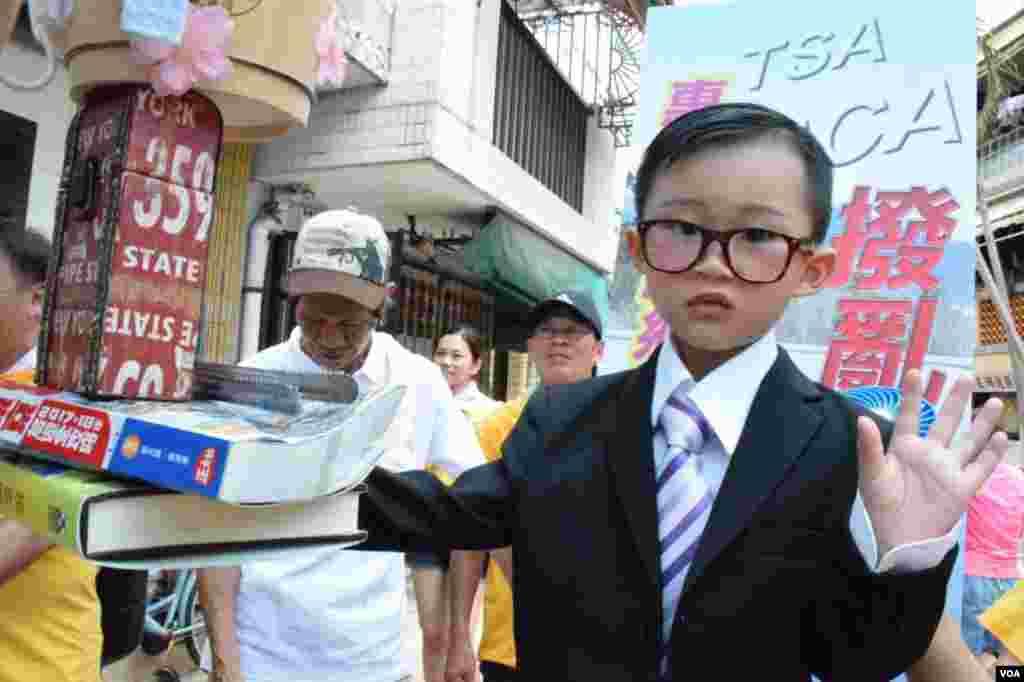扮演教育局局長吳克儉的色芯王爍堯。(美國之音湯惠芸)