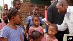 Los controles sobre el ébola continúan en las naciones afectadas por la enfermedad.