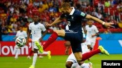 2014 브라질 월드컵 E조 1차전에서 프랑스의 카림 벤제마 선수가 온두라스의 골문을 향해 슛을 날리고 있다.