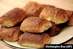 فرانس میں لوگ ناشتے میں چاکلیٹ کے بند پسند کرتے ہیں۔