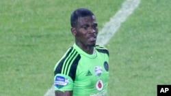 Le gardien de but et capitaine de l'équipe nationale de football sud-africain, Senzo Meyiwa lors d'un match contre l'Ajax à Soweto, Johannesburg, le 25 octobre 2014. Il a été abattu dimanche 26 octobre 2014 lors d'un cambriolage qui a mal tourné.