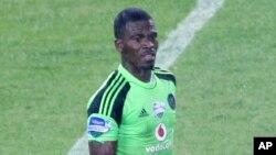 지난 26일 남아프리카공화국 요하네스버그에서 괴한의 총에 맞아 사망한 남아공 축구대표팀 골키퍼이자 주장, 센조 메이와. (자료사지)