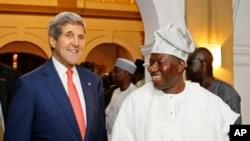 尼日利亚总统乔纳森在国宾馆迎接美国国务卿克里
