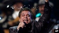 Juan Gabriel saat tampil di Annual Latin Grammy Awards ke-10 di Las Vegas, 2009.
