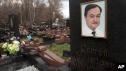 Makam Sergei Magnitsky di Moscow (Foto: dok). Amerika hari Senin (29/12) memberlakukan sanksi-sanksi pada empat pejabat Rusia lain, termasuk dua yang berada di Chechnya, karena dugaan pelanggaran HAM.
