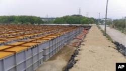 ຖັງເກັບຊົ່ວຄາວ ນໍ້າເສຍທີ່ມີກຳມັນຕະພາບລັງສີ ໃນລະດັບຕໍ່າ ແລະລະດັບປານກາງ ຈາກໂຮງໄຟຟ້ານິວເຄລຍ Fukushima (17 ມິຖຸນາ 2011)