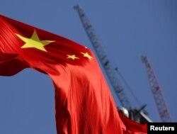 중국 베이징의 공사현장에 오성기가 날리고 있다.