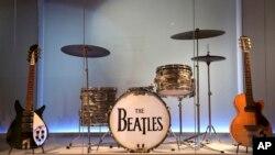 """Instrumen yang digunakan oleh anggota The Beatles ditampilkan di pameran """"Play It Loud: Instruments of Rock & Roll"""" di Metropolitan Museum of Art di New York, 1 April 2019. (Foto: AP)"""