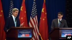 Ngoại trưởng Mỹ John Kerry phát biểu tại một cuộc họp báo bên cạnh Bộ trưởng Tài chính Jacob Lew sau khi kết thúc cuộc Đối thoại Kinh tế và Chiến lược Mỹ-Trung ở Bắc Kinh ngày 10/7/2014.