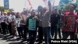 Massa Aksi dari Boemi Poetra Menggugat menuntut pembongkaran patung Dewa Perang di Klenteng Tuban, saat berunjukrasa di depan gedung DPRD Provinsi (foto: VOA/Petrus Riski)
