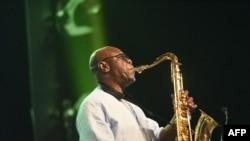 Emmanuel N'Djoke Dibango, dit Manu Dibango, saxophoniste et chanteur franco-camerounais de jazz mondial, se produit lors d'un concert à l'Ivory Hotel Abidjan, le 29 juin 2018.