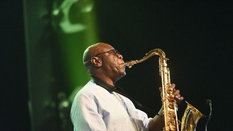Manu Dibango, le saxophoniste de légende célèbre ses 60 ans de musique en Côte d'Ivoire