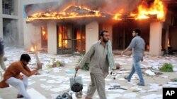 10月3号愤怒的巴基斯坦抗议者烧毁拉合尔附近的一座发电设施