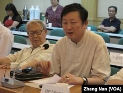 在北京的中国历史学者章立凡(前排右侧) (2009年12月6日, 美国之音张楠拍摄)