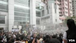 香港警方喷射灭火装置制止有人焚烧国旗
