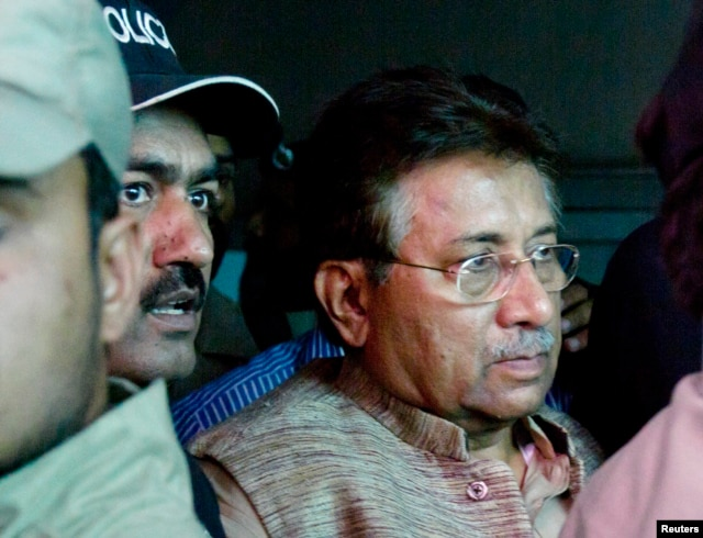 Pervez Musharraf (R) is escorted by security officials as he leaves an anti-terrorism court in Islamabad, April 20, 2013.