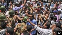 也门士兵阻止民众参加抗议示威