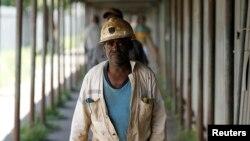 Des mineurs marchent après avoir terminé leur journée de travail à la mine d'Anglo Platinum, à Khuseleka, au nord-ouest de Johannesburg, le 15 janvier 2013.