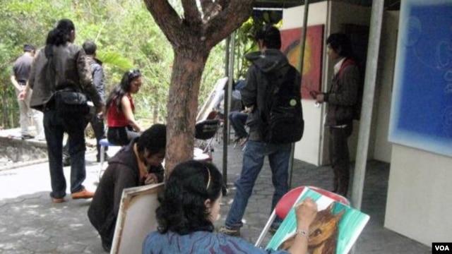 Para perupa melukis bersama pada pembukaan pameran di Taman Makam Pejuang 1945, Yogyakarta.