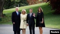 លោកប្រធានាធិបតីអាមេរិក ដូណាល់ ត្រាំ និងលោកស្រីទី១ Melania Trump ឈរថតរូបជាមួយនឹងលោកប្រធានាធិបតីបារាំង Emmanuel Macron និងភរិយារបស់លោកគឺលោកស្រី Brigitte Macron នៅសេតវិមាន ក្នុងរដ្ឋធានីវ៉ាស៊ីនតោន កាលពីថ្ងៃទី២៣ ខែមេសា ឆ្នាំ២០១៨។